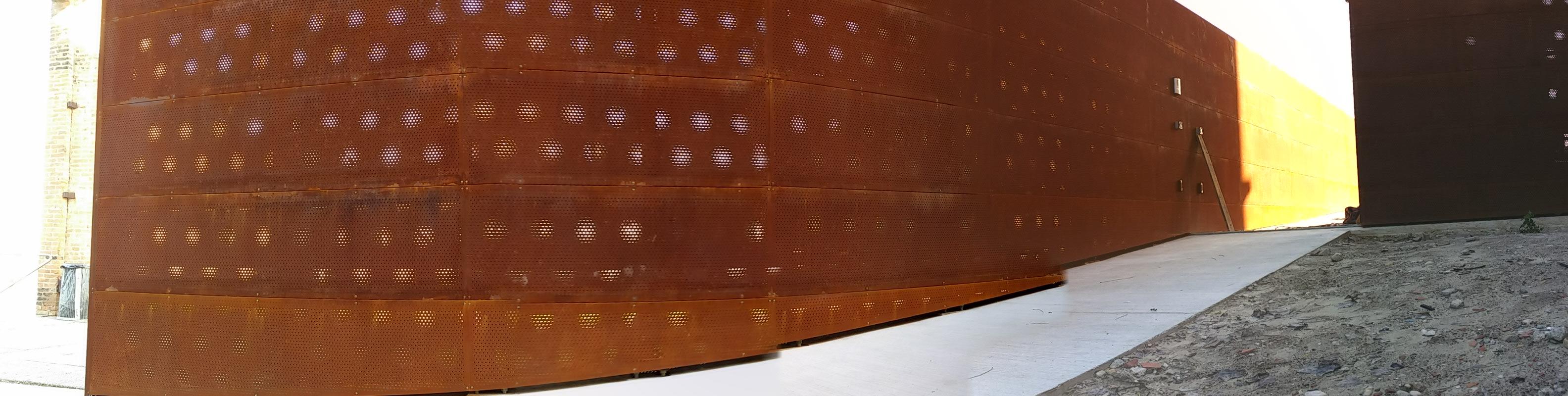 Recinzione tamponata in lamiera corten con cancello